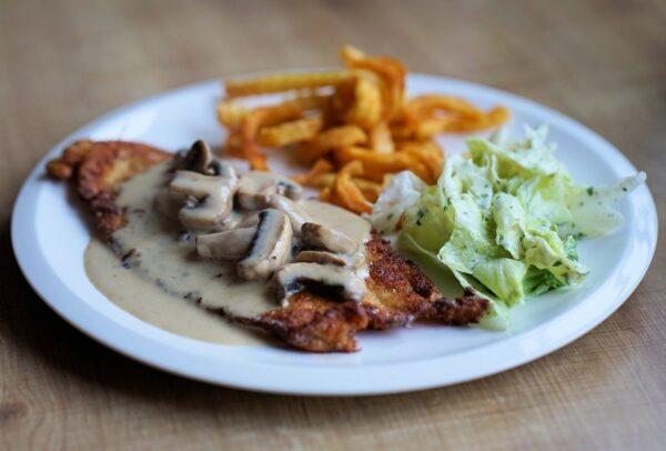 schnitzel, golden brown, hunter sauce
